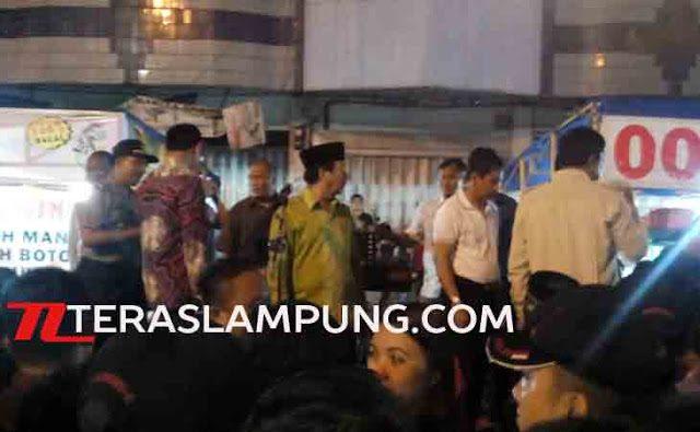 Walikota Bandarlampung Herman HN saat meresmikan Pusat Kuliner di Jalan Ikan Tongkol, Telukbetung, Bandarlampung, Sabtu malam (27/2/2016).