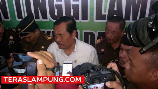 Jaksa Agung H.M.Prasetyo menjawab pertanyaan para wartawan terkait dua 'buron elite' mantan Bupati Lampung Timur Satono dan bos Tripanca Group Sugiarto Wiharjo alias Alay, di Kejati Lampung,Kamis (18/2/2016).