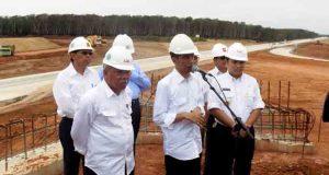 Presiden Joko Widodo memberikan keterangan pers kepada para wartawan di Sabah Balau,Kamis (11/2/2016).