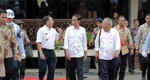 Presiden Joko Widodo, Gubernur Lampung Ridho Ficardo, dan Menteri PU Basuki Hadimljono meninjau perkembangan proyek JTTS di Sabah Balau, Lampung Selatan,Kamis (11/2/2016).
