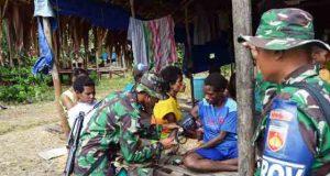 Prajurit TNI dariSatuan Tugas Batalyon Infanteri (Satgas Yonif) 406/Candra Kusuma, Purbalingga, Jawa Tengah,memberikan pelayanan kesehatan gratis bagi warga Kabupaten Keerom, Papua.