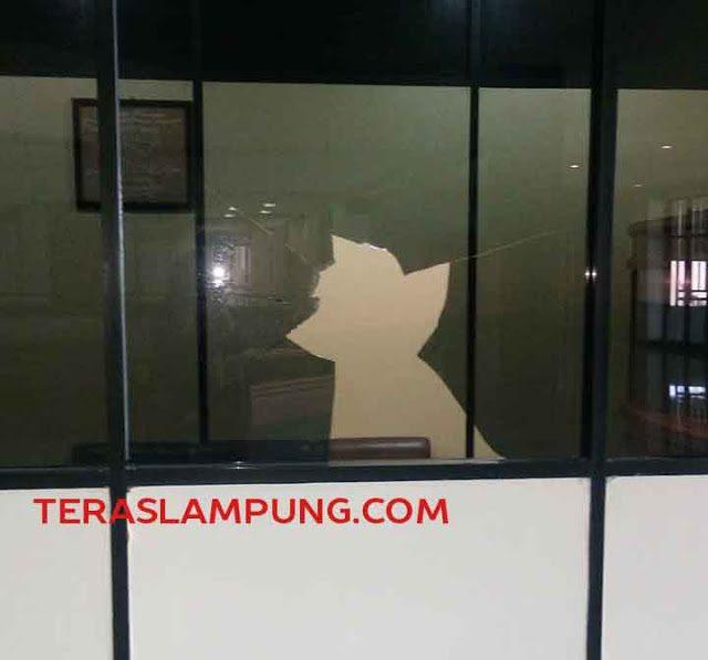 Ruangan Ketua DPRD Lampung kacanya dipecahkan orang yang mengaku wakil Nabi.