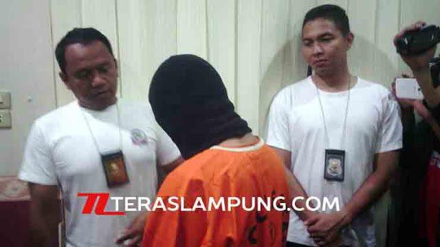 Kasat Reskrim Polresta Baandarlampung Kompol Dery Agung Wijaya (kiri), Minggu (13/3) menginterogasi tersngka DN, salah satu pembunuh Dwiki Dwi Sopiaan, siswa SMKN 2 Bandarlampung, secara sadistis. Dwiki meninggal dengaan 107 luka tusuk.