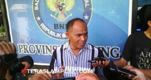 Kabid Pembinaaan BNPP Lampung, AKBP Abdul Haris memberikan penjelasan kepada para wartawan terkait penetapan oknum sipir Lapas Narkotikaa Way Hui sebagai tersangka kasus narkoba, Kamis (17/3).