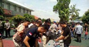 Barang bukti yang disita petugas dalam penggeledahan di Lapas Rajabasa Bandarlampung, Rabu (23/3).