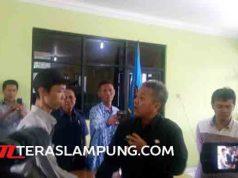 Sekda Provinsi Lampung, Arinal Djunaidi (baju safari), meminta maaf kepada jurnalis, Rabu (20/4).