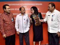 Wakil Dirut BNI Suprajarto (kiri), Sekjen Kementerian Desa, Pembangunan Daerah Tertinggal dan Transmigrasi Anwar Sanusi (kedua kiri), Direktur Hubungan Kelembagaan dan Transaksional Perbankan Adi Sulistyowati (kedua kanan), dan Dirjen Pembangunan Kawasan Pedesaan Kemendes PDTT seusai penandatanganan nota kesepahaman bersama (MoU) di Jakarta, Selasa (19/4/2016).