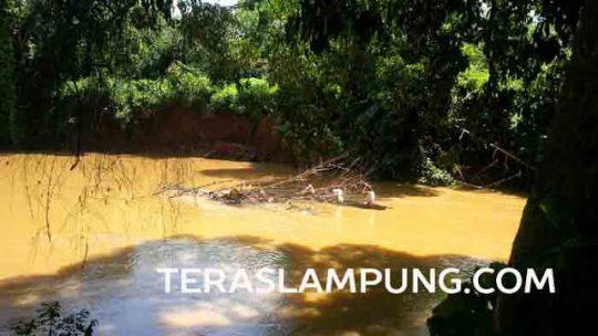 Proses evakuasi mayat di Sungai Batanghari di Dusun Ulak Durian, Desa Bandar Agung, Kotabumi Ilir, Kotabumi, Lampung Utara, Senin (9/5/2016).