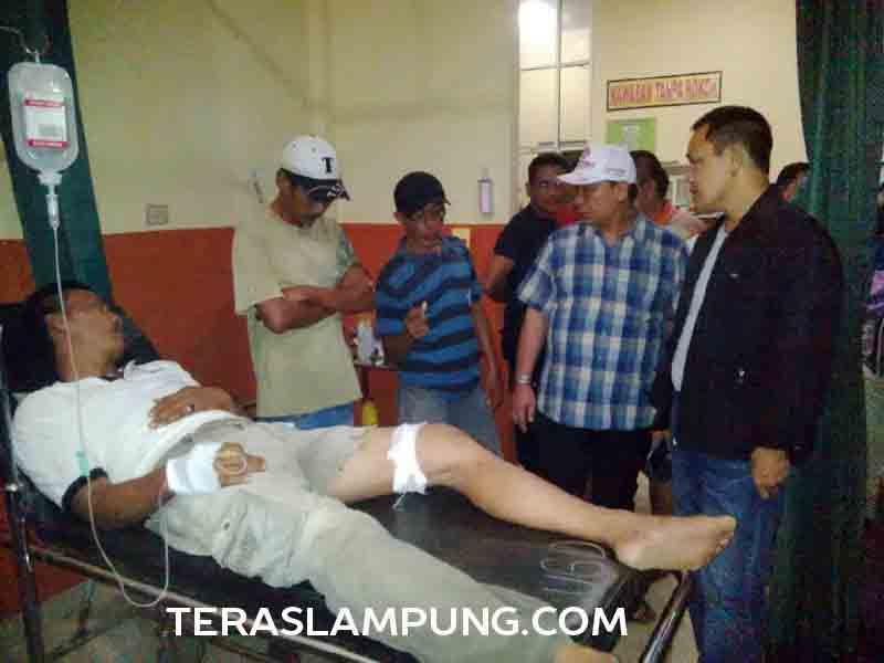 Kapolres Lampung Utara, AKBP. Dedi Supriyadi mengunjungi Arnol korban penembakan yang diduga dilakukan oleh seorang bawahannya yang berinisial B.
