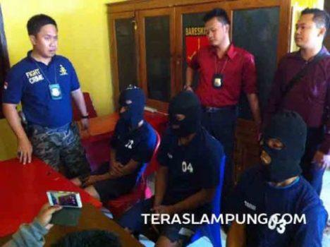 Tiga pelaku perampokan, pemerkosaan, dan pembunuhan sadis terhadap Vina Lindia (17) diperiksa di Polres Lampung Utara, Selasa (10/5).