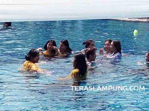 Para Muli mandi Blangiran di kolam renang hotel berbintangg.