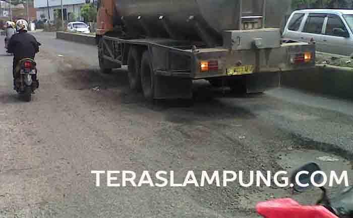 Jalan berlubang di ruas Jalan Yos Sudarso Bandarlampung di dekat Klinik Kosasih.