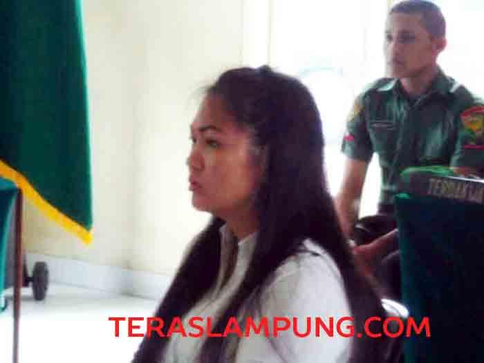 Kamella Titian alias Camelia menjadi saksi dalam sidang Oditurat Militer (Odmil) dengan terdakwa Prada TNI Ahmad Hadi Pracipto dalam kasus pembunuhan Kabag Kepegawaian Universitas Malahayati, Sofyan, Senin (30/5). Selain sebagai saksi, Kamella juga berstatus terdakwa dalam kasus tersebut.