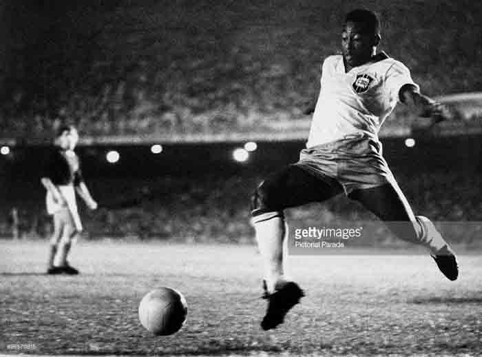 Pele, legenda sepakbola asal Brasil. Namanya selalu identik dengan sepaakbola. Ia sukses sebagai pemain kelas duni sekaligus selebrits 'soccertanment'. (Foto: gettyimages.com)