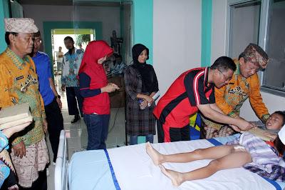 Walikota Metro A.Pairin saat menjenguk anak yang sudah di sunnat di RS Jenderal Ahmad Yani, Metro, Jumat (27/5)