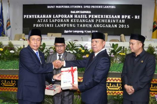 Penyerahan Laporan Hasil Pemeriksaan (LHP) Keuangan Pemprov Lampung di Ruang Sidang DPRD Lampung, Kamis (9/6/2016).