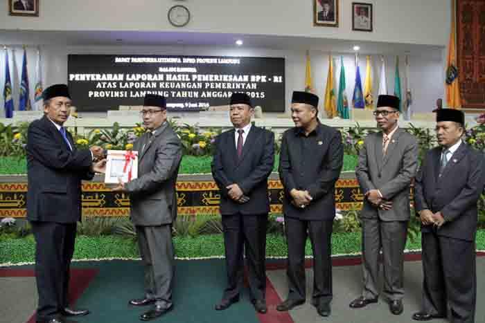 Penyerahan LHP Keuangan Pemprov Lampung 2015 oleh BPK RI kepada Ketua DPRD Lampung.