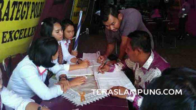 Bambanag (baju batik) mengadukan kasus yang dialami keluarga di kantor nomaden Polda Lampung di Lapangan Saburai Bandarlampung, Kamis (9/6).