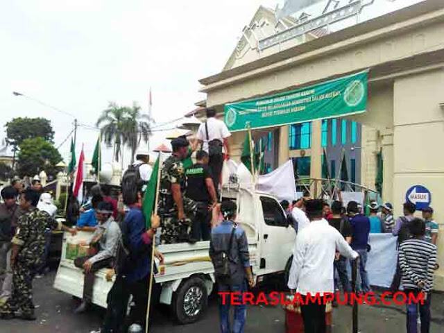 Massa Banser NU dan Satpol PP Bandarlampung berunjuk rasa di depan PN Tanjungkarang.