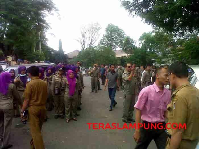Ratusan anggota Sat Pol PP Bandarlampung di depan PN Tanjungkarang, Selasa siang (31/5).