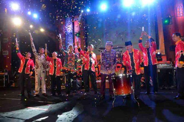 Walikota Bandarlampung Herman HN dan Kapolda Lampung Brigjen Ike Edwin memukul drum tanda ditutupnya acara Begawi Bandarlampung dan Bandarlampung Expo 2016, di Lapangan Way Dadi, Sukarame, Minggu malam (29/5).