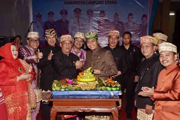 Bupati Lampung Utara H. Agung Ilmu Mangkunegara. S.STP.,M.H., menerima Potongan Tumpeng Pertama dari Ketua DPRD Lampung Utara H. Rachmat Hartono, dalam acara Perayaan HUT Lampung Utara Ke 70 Tahun 2016, di Hal DPRD Lampung Utara, Rabu 15 Juni 2016.