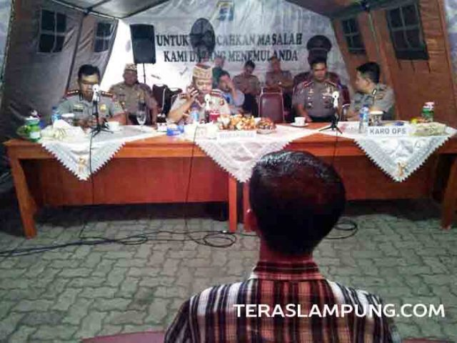 Kasiman, warga Sekampung, Lampung Timur, mengadukan penananganan kasus perkosaan yang dialami anak gadisnya kepada Wakapolda Lampung, Kamis (26/5).