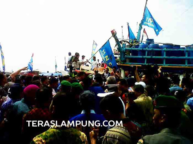 Ribuan nelayan Lampung antusias mengikuti upacara peringatan HNSI di TPI Lempasing.