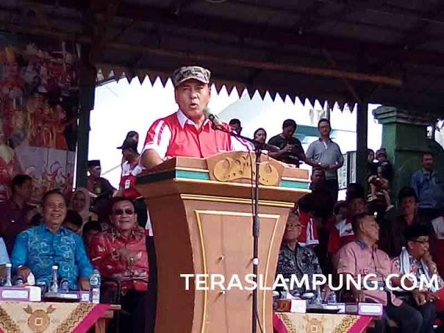 Ketua Umum DPP Lampung Sai, Sjachroedin Z,P., dalam bakti sosial di Lapangan Saburai Bandarlampung, Jumat sore (3/6).