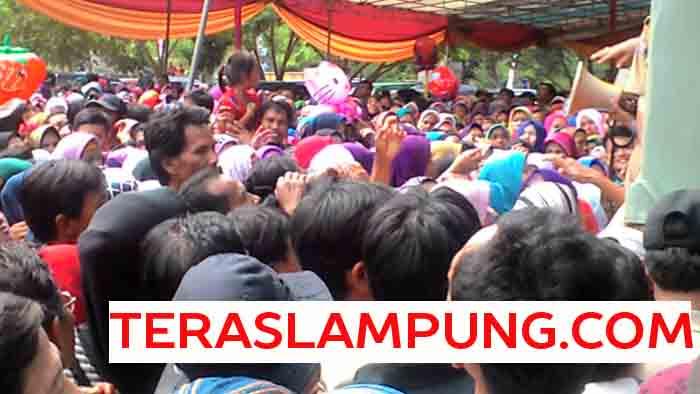 Warga Lamsel berjubel antre untuk mendapaatkan sembako gratis dari Pemkab Lampung Selatan.