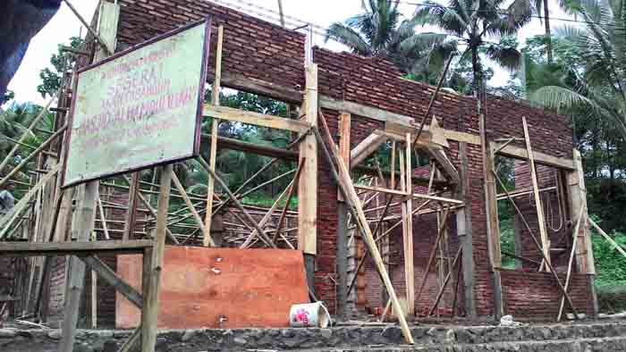 Tempat ibadah yang sedang didirikan anak-anak Karangmoncol. (Foto: Dok/Istimewa)
