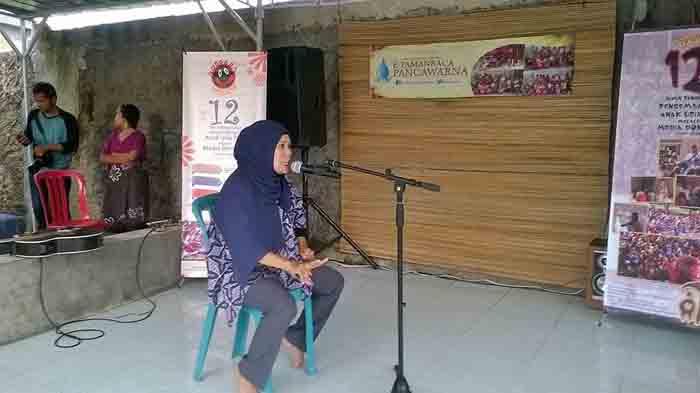 Iin Mutmainah mendongeng di depan anak-anak TK dan SD di Gang Mulya Jaya, Kedamaian.