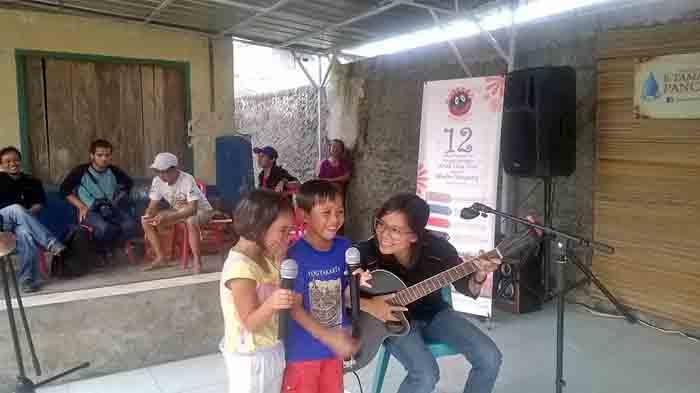 Nada Bonang siap mengiringi anak-anak bernyanyi dengan petikan gitarnya.