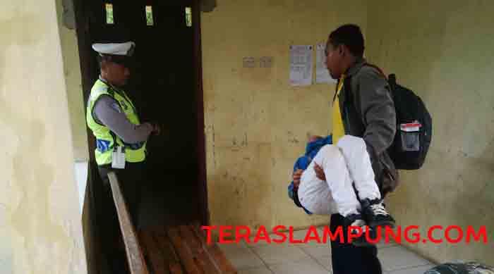 Seorang siswa peserta pawai pingsan. Sayangnya tidak ada petugas kesehatan yang membantunya.