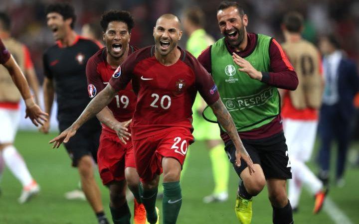 Para pemain Portugal merayakan kemenangan usai menaklukkan Polandia 5-3 lewat adu penalti. (Foto dok  AP).