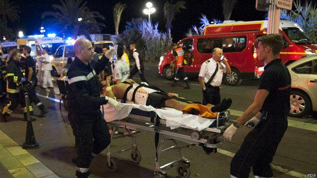 Petugas mengevakuasi korban pasca-insiden penabrakan kerumunan warga oleh sebuah truk di Kota Nice, Prancis.