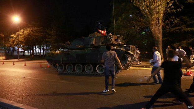 Warga Istanbul mengejar tank-tank militer Turki dan menganggap upaya kudeta itu akan sia-sia. (Foto: AFP/BBC)