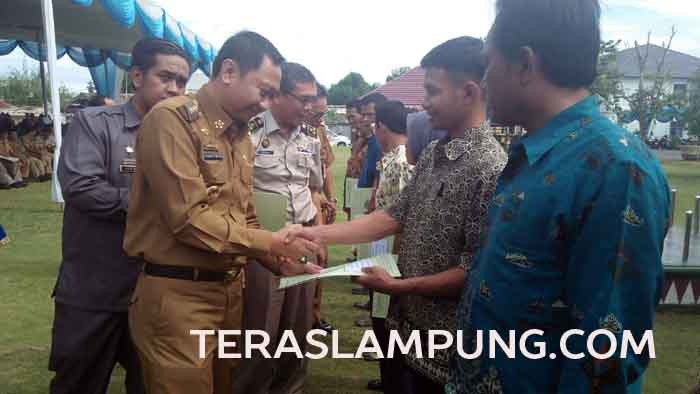 Bupati Agung Ilmu Mangkunegara menyerahkan secara simbolis sertifikat tanah kepada warga
