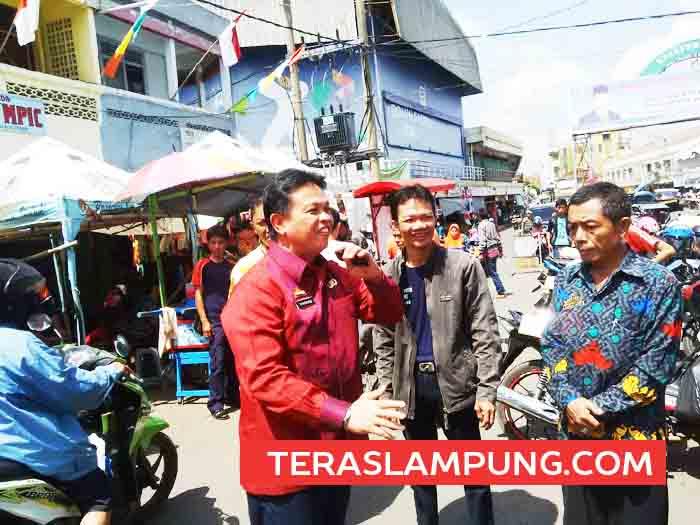 Kepala Dinas Pengelolaan Pasar, Syahrudin Putra meninjau lokasi pasar Dekon, Kotabumi yang semrawut, Rabu, 18 Agustus 2016. 