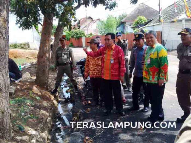 Wakil Bupati Sri Widodo meninjau pembangunan sarana dan prasarana di Stasiun Kereta Api, Kotabumi, Lampung Utara