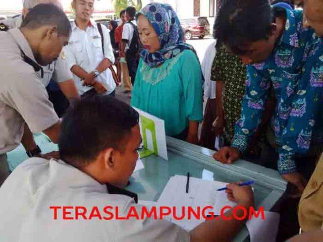 Warga mengambil sertifikat tanah yang dibagikan oleh BPN Lampung Utara, di halaman kantor Pemkab.