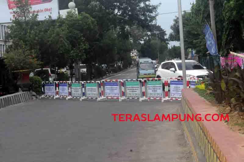 Arus lalu lintas dari Jl Teuku Umar menuju Jl Kartini (Pasar Tengah) Bandarlampung ditutup, Jumat (19/8/2016).