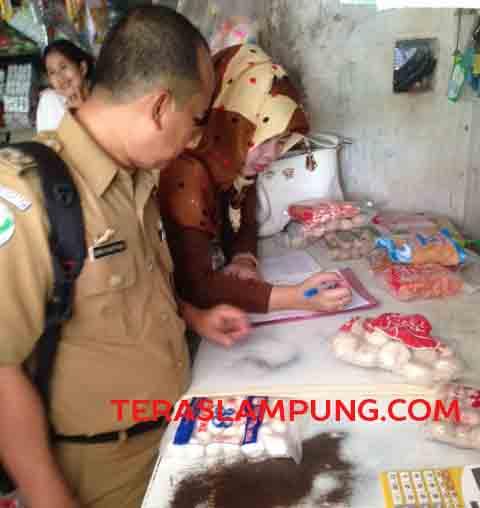 Petugas Dinas Kesehatan Lampung Utara memeriksa sejumlah makanan daging olahan yang diduga tak berizin.