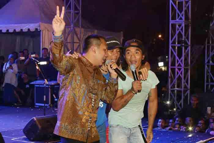 Gubernur Ridho Ficardo menyanyi bersama Kaka Slank