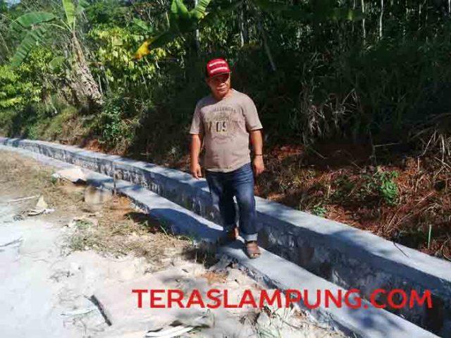 Saluran drainase atau siring pasang yang baru dibangun oleh aparatur Desa Comok, Sungkai Barat dengan menggunakan ADD 2016.