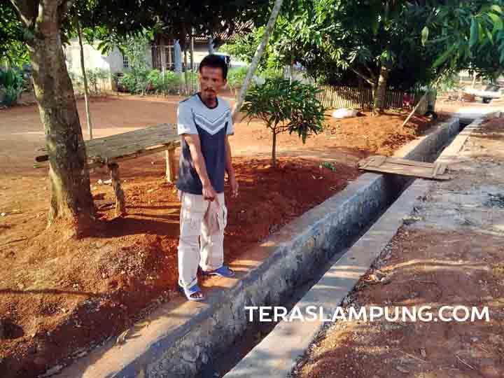 Kepala Desa Negla Sari, Abdul Kodir, menunjukkan siring pasang baru saja dibangun di desanya.