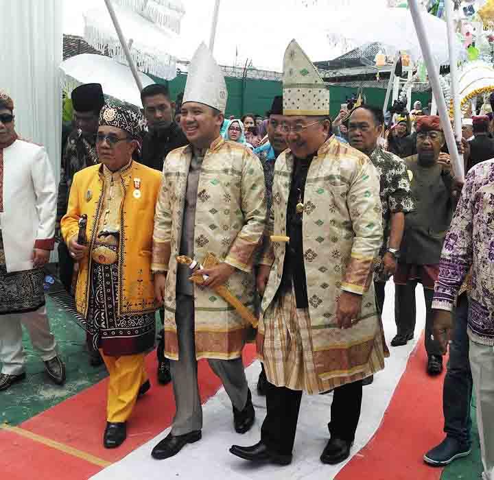 Gubernur Lampung Ridho Ficardo berjalan bersama ayahanda Andhyka Wibawa, Andy Achmad Sampurna Jaya, pada acara upacara adat.