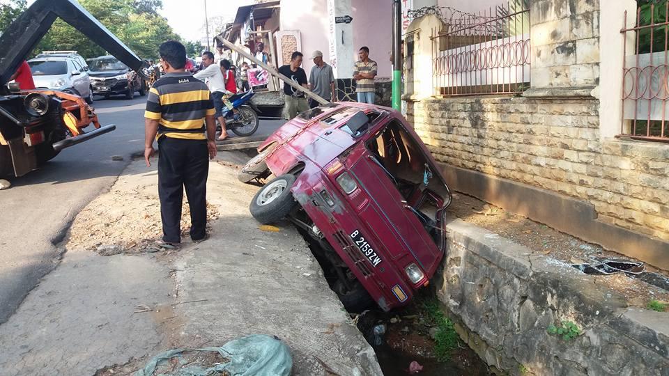 Gara-Gara Angkot Nyungsep di Siring, Jalan Teuku Cik Ditiro Bandarlampung Macet