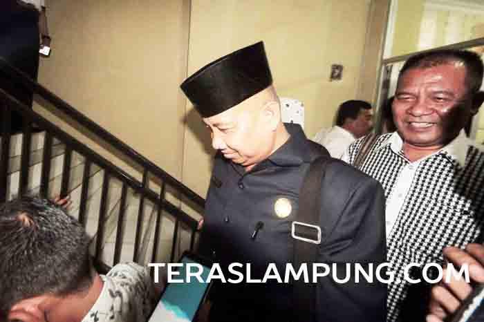 Anggota DPRD Lampung, Azwar Yaqub didampingi kuasa hukumnya Abi Hasan Muan usai menjalani pemeriksaan di ruang penyidik Subdit I Ditreskrimum Polda Lampung, beberapa hari lalu.