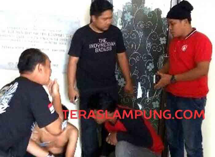 Tim Tekab 308 Polda Lampung saat mengintrogasi tersangka begal yang duduk dibawah tidak mengenakan kaos usai melakukan penggrebekan di Jabung Lampung Timur, Minggu (4/9/2016).